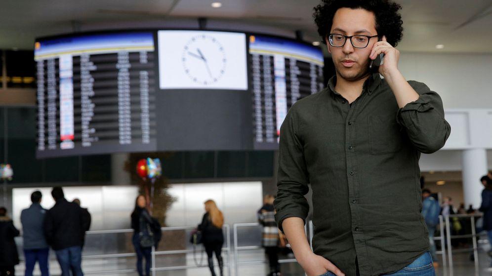 Foto: El abogado y defensor de los derechos de refugiados Mark Doss habla por teléfono en el aeropuerto John F. Kennedy de Nueva York. (Reuters)
