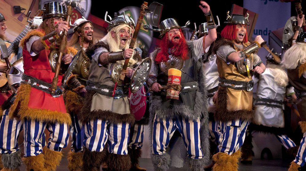 Foto: 'Los de Cádiz norte' en un momento de su actuación el concurso de agrupaciones carnavalescas de Cádiz (COAC). (EFE)