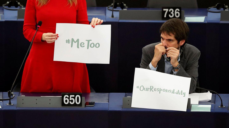 Terry Reintke sostiene una pancarta de la campaña 'MeToo' durante un debate en el Parlamento Europeo. (Reuters)