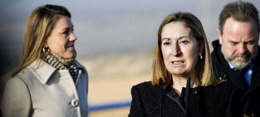 Foto: La ministra de Fomento, Ana Pastor, en una imagen de archivo en un acto junto a la presidenta de Castilla-La Mancha, María Dolores de Cospedal (EFE).