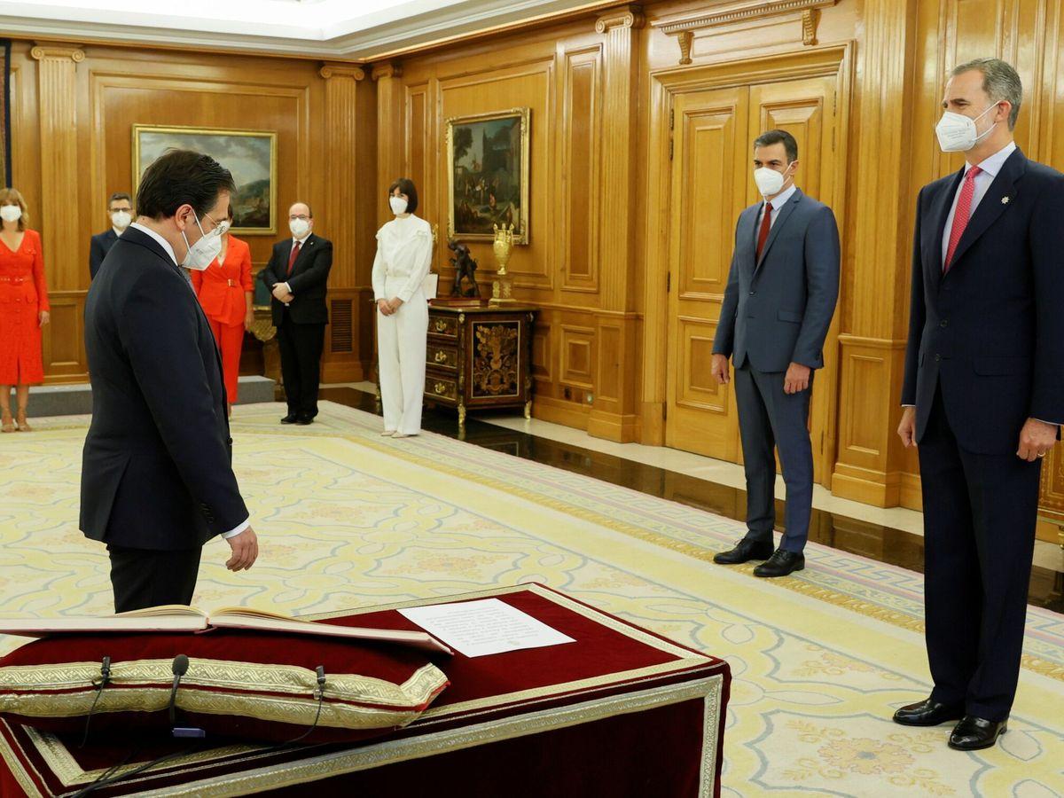 Foto: El ministro de Asuntos Exteriores, Unión Europea y Cooperación, José Manuel Albares, promete su cargo en presencia del Rey y del presidente del Gobierno. (EFE)