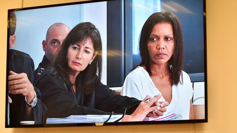 Foto: Ana Julia Quezada (d), autora confesa de la muerte de Gabriel Cruz, junto a su abogada, Beatriz Gámez. (EFE)