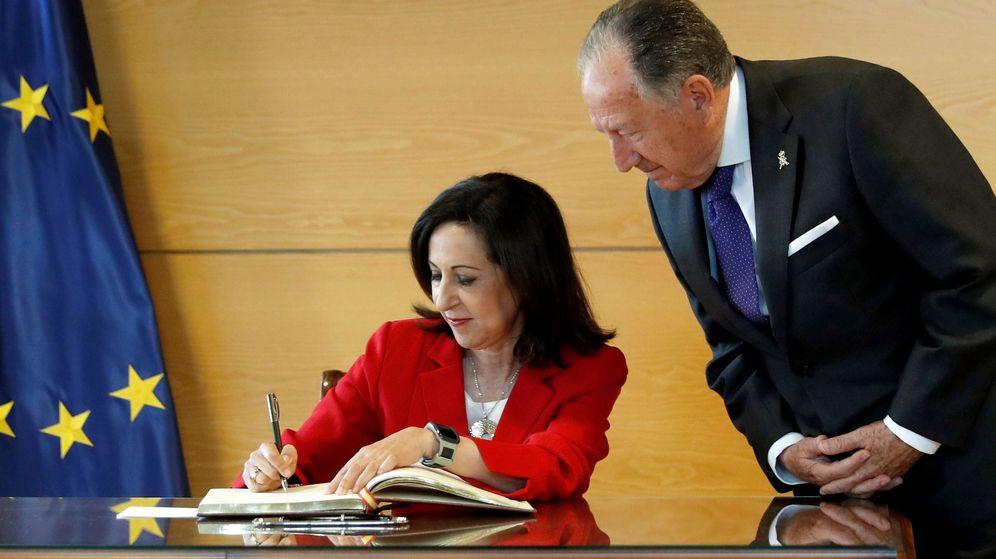 Foto: La ministra de Defensa, Margarita Robles, acompañada por el director general del CNI, Félix Sanz Roldán. (EFE)