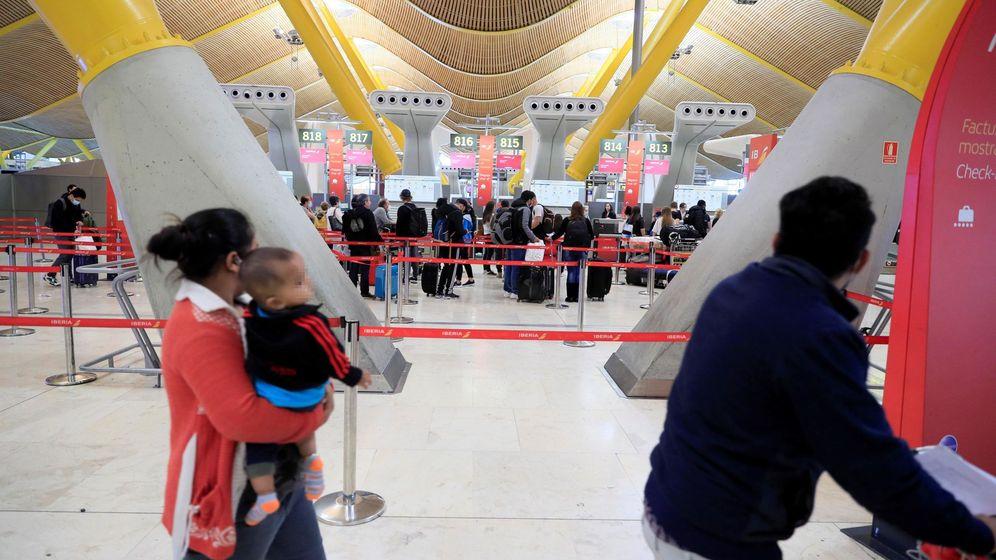 Foto: Colas en el aeropuerto de Madrid, gestionado por Aena. (EFE)