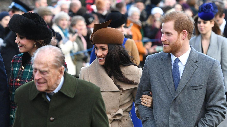 Meghan y Harry, junto al duque de Edimburgo. (EFE)