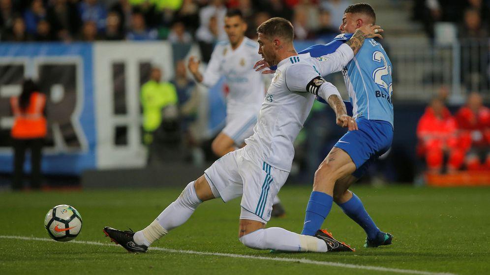 Foto: Sergio Ramos, en un duelo durante el encuentro entre el Málaga y el Real Madrid. (Reuters)