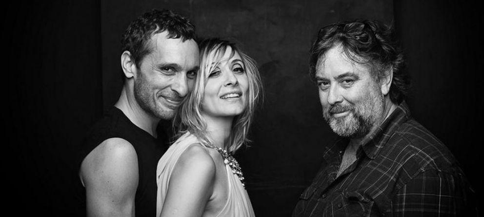 Foto: Andrés Lima con los protagonistas de la obra, Pablo Derqui y Nathalie Poza (EFE)