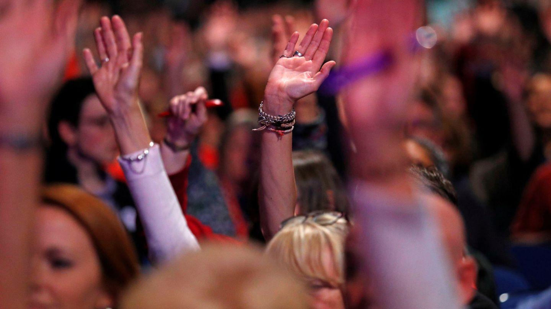 Delegados votan la moción sobre el Brexit en el congreso de los laboristas. (Reuters)