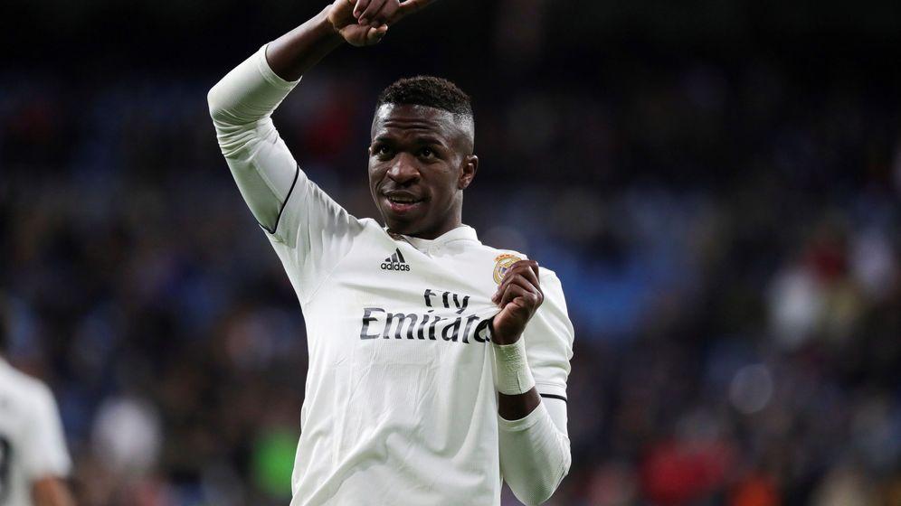 Foto: Vinícius se señala el escudo de la camiseta en un partido en el Bernabéu. (Reuters)