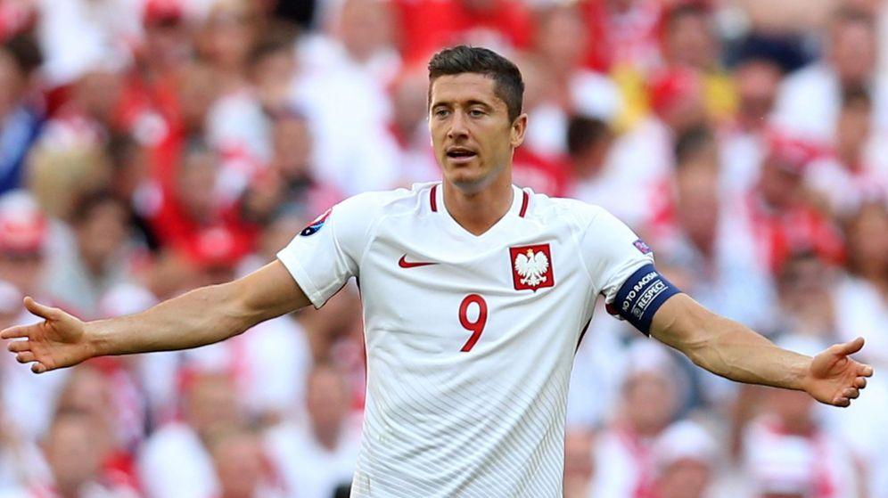 Foto: Robert Lewandowski, con la selección polaca durante el partido contra Ucrania. (EFE)