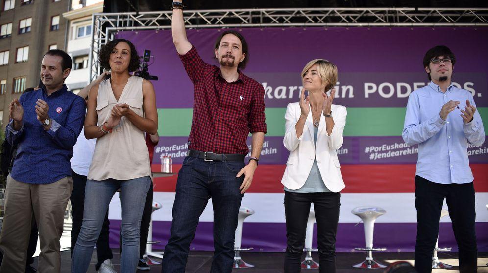 Foto: Pablo iglesias, en un mitin de la campaña vasca con Pili Zabala (2d) y Lánder Martínez (dcha). (EFE)
