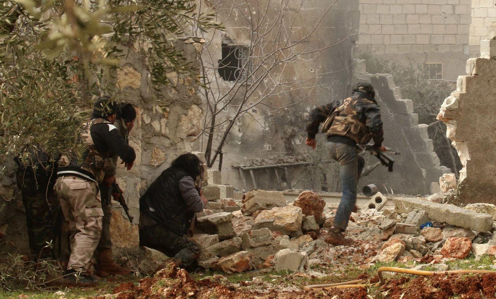 Foto: Un combatiente rebelde corre durante combates con el ejército sirio en Alepo, el 18 de febrero de 2015. (Reuters)