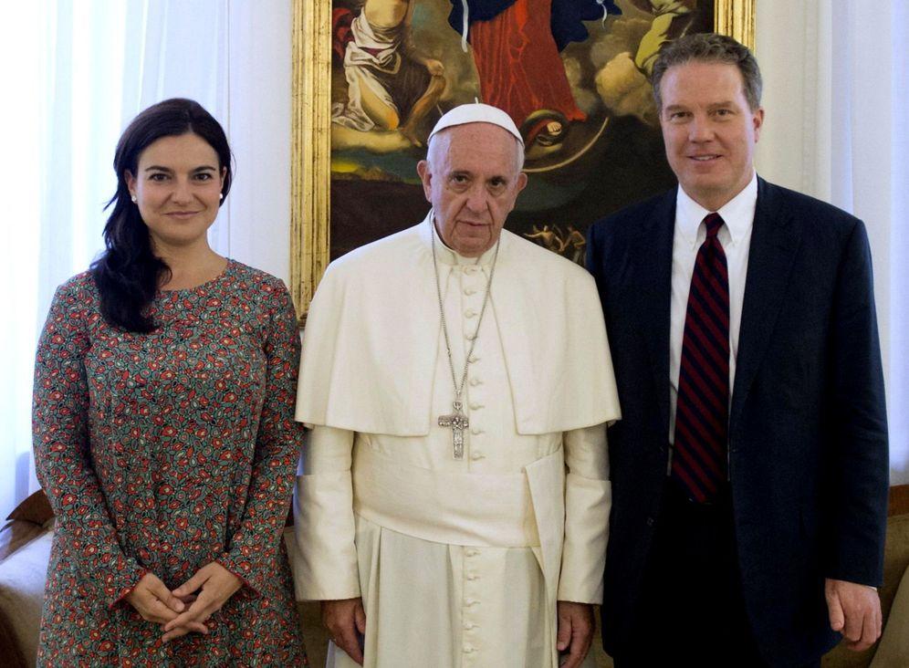 Foto: El estadounidense Greg Burke y la española Paloma García Ovejero con el papa Francisco. (EFE)
