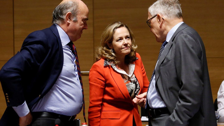 La ministra de Economía en funciones, Nadia Calviño, charla con el vicepresidente del BCE, Luis de Guindos, en Bruselas. (EFE)