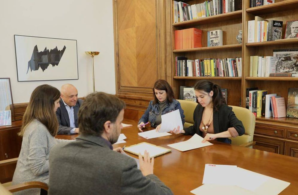 Foto: Adriana Lastra, Irene Montero, Rafael Simancas, Ione Belarra y Jaume Asens firman el protocolo de coordinación PSOE-Unidas Podemos, este 8 de enero en el Congreso. (PSOE)