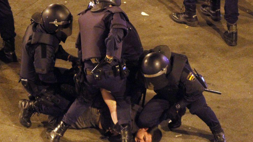 Foto: Tres policías antidisturbios inmovilizan a un manifestante. (EFE)