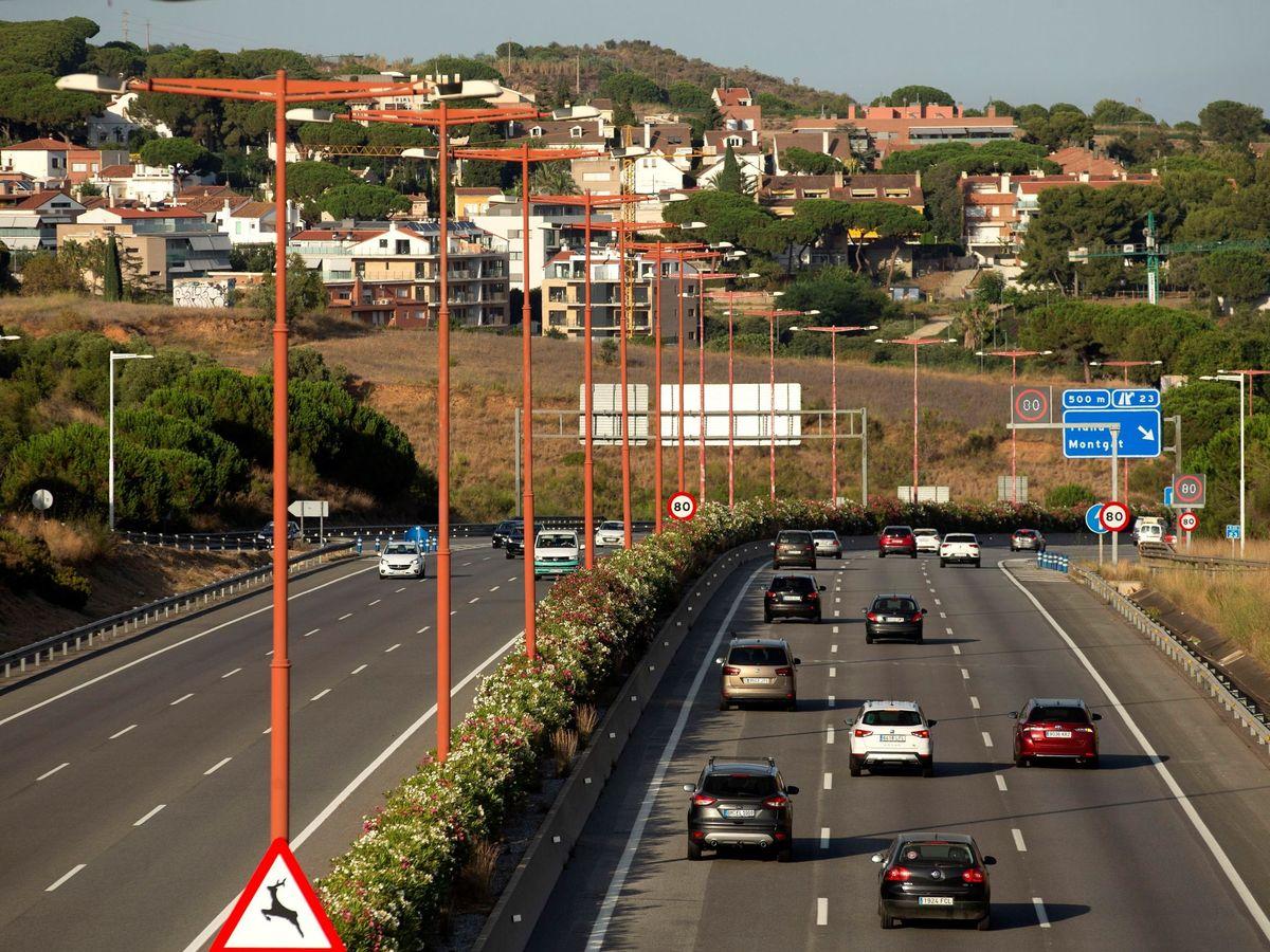 Foto: Dejar el carril derecho vacío es algo habitual en España (EFE/Enric Fontcuberta)