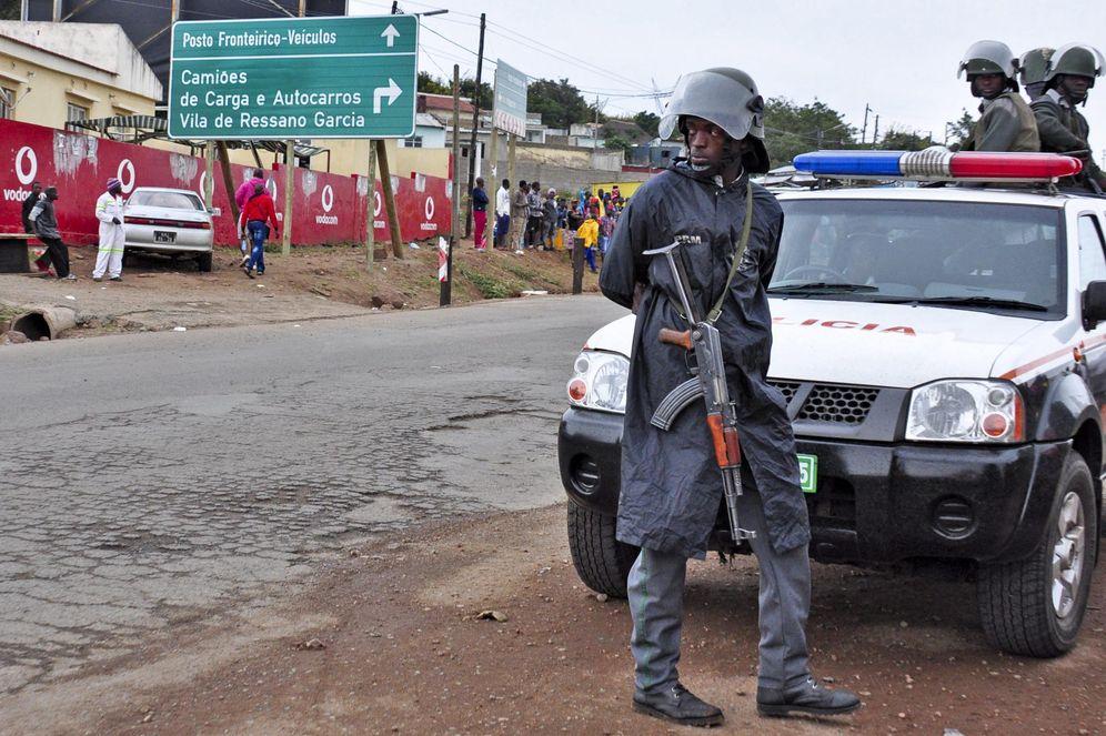 Foto: Varios policías controlan un paso fronterizo en Mozambique, en 2015. (EFE)