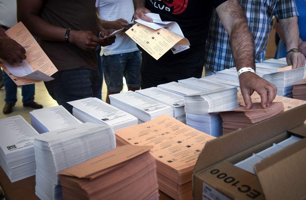 Foto: Votantes eligen sus papeletas en las elecciones generales del 26 de junio de 2016 en Madrid. (EFE)