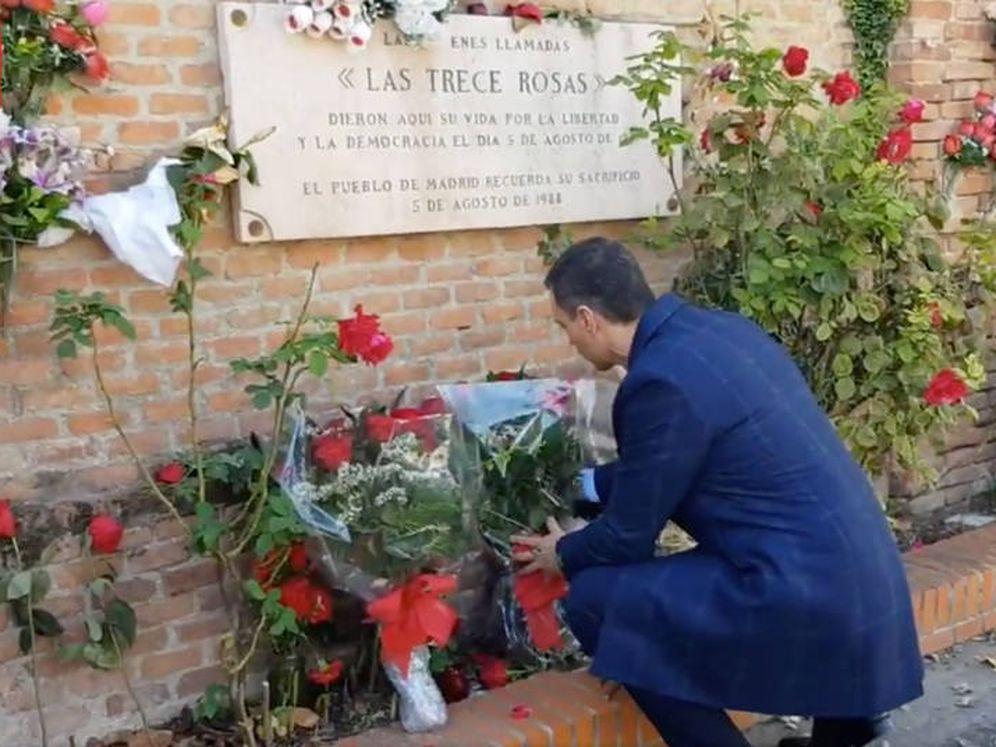 Foto: Pedro Sánchez rinde tributo a las Trece Rosas después de la exhumación de Franco, este 24 de octubre, en el cementerio de la Almudena. (PSOE)