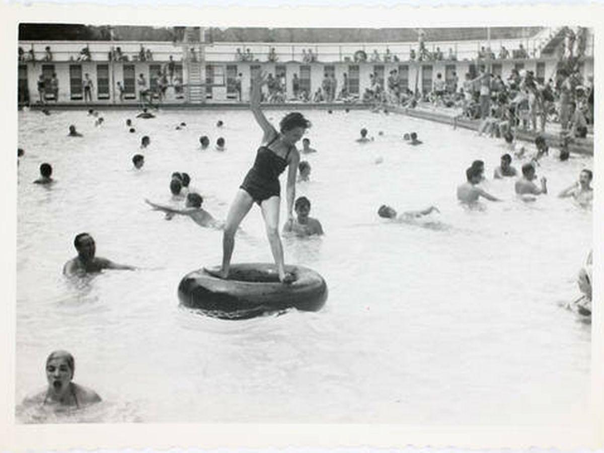 Foto: Una mujer en un flotador en la antigua piscina de Lago. (Archivo de Madrid)