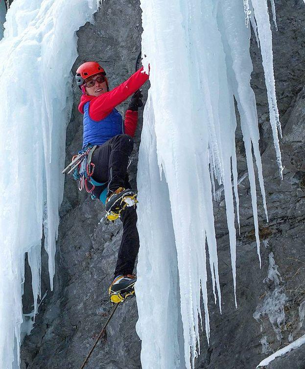 Foto: Mariona Aubert en una pared de hielo.