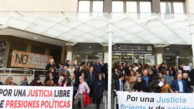 Foto: Concentración en los juzgados de Plaza Castilla. (EFE)