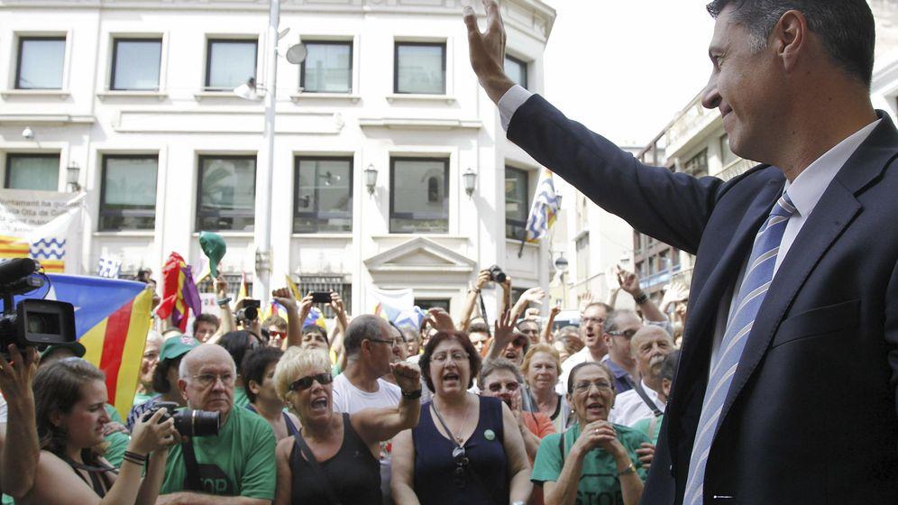 Foto: García Albiol, llegando al Ayuntamiento de Badalona. (EFE)