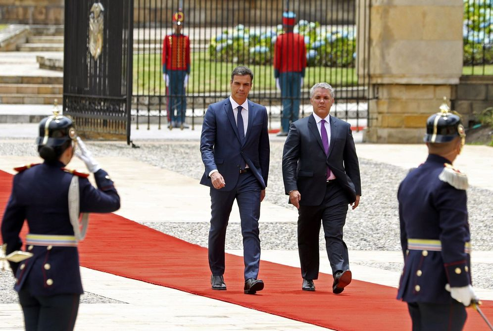 Foto: Pedro Sánchez y el presidente colombiano, Iván Duque, pasan revista a las tropas a su llegada a la Casa de Nariño, este 30 de agosto en Bogotá. (EFE)