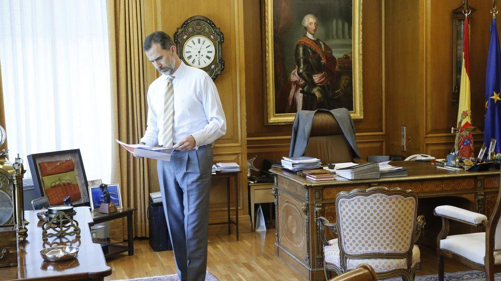 Foto: Fotografía facilitada por la Casa del Rey que muestra a Felipe VI trabajando en su despacho. (EFE)