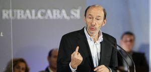 """Foto: Rubalcaba culpa al PP de los """"sueldazos"""" que se llevan los directivos de las cajas"""