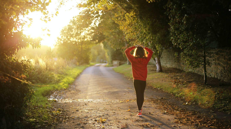 Caminar es una actividad muy saludable que puede ayudarte a adelgazar. (Emma Simpson para Unsplash)
