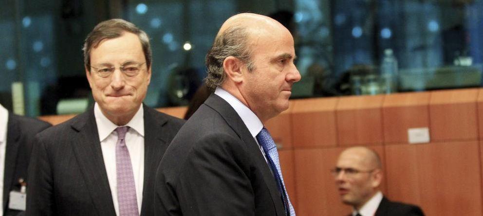 Foto: El ministro de Economía, Luis de Guindos, y el presidente del BCE, Mario Draghi. (Efe)