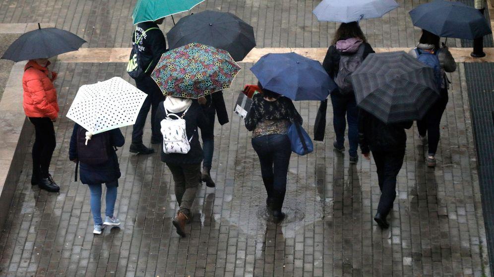 Foto: Varios jóvenes se protegen con paraguas en una imagen de archivo. (EFE)