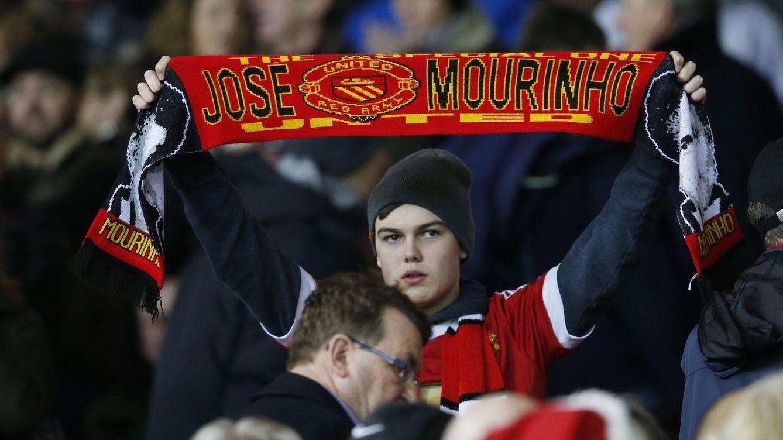 Foto: Un aficionado del United, con una bufanda de Mourinho.