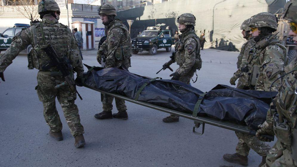 Foto: Soldados británicos tras el atentado en la embajada española de Kabul del pasado viernes. (EFE)