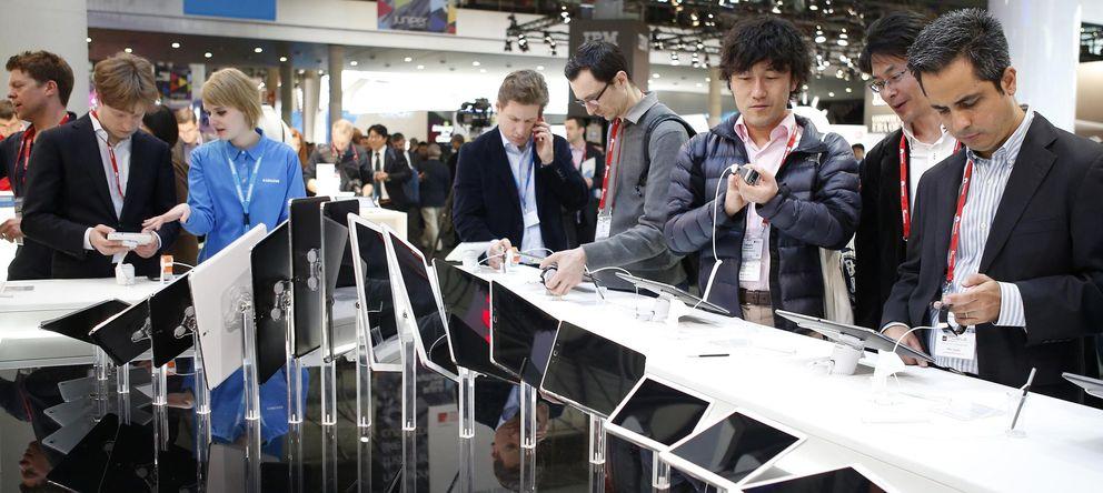Foto: Varios visitantes en el Mobile World Congress de Barcelona. (Reuters)
