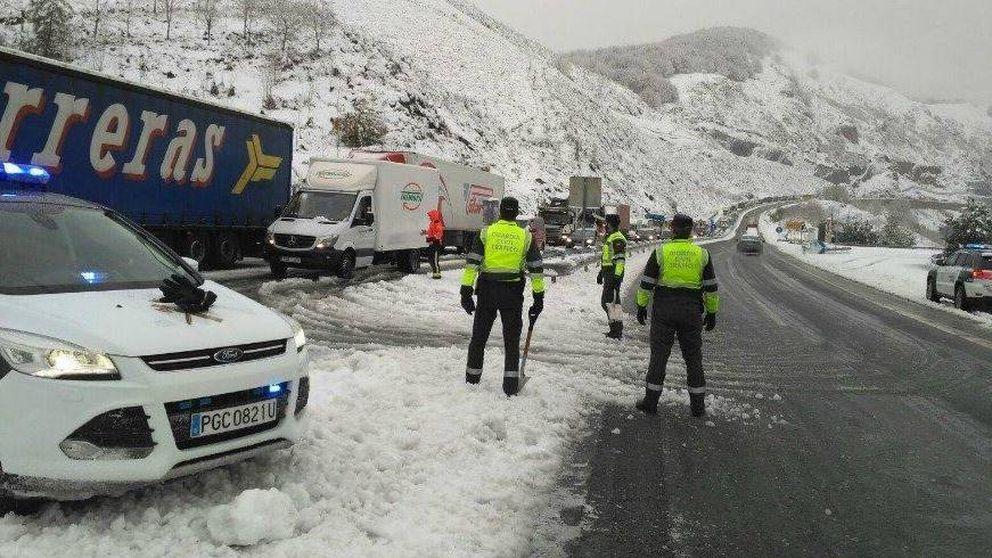 Cientos de conductores pasan la noche atrapados por la nieve en la A-3