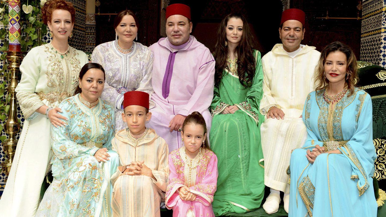 El rey Mohamed VI y Lalla Salma en una foto de familia en la que aparece la princesa Lalla Khadija en la parte inferior central. (EFE)