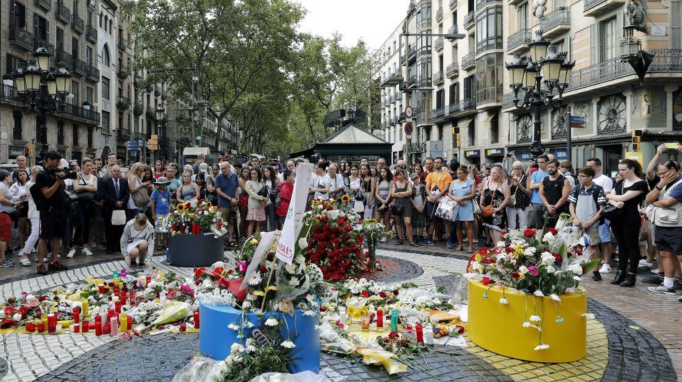 Foto: Un grupo de personas deposita flores en el mosaico de Miró en las Ramblas en recuerdo de las víctimas de los atentados del 17-A en Barcelona y Cambrils. (EFE)