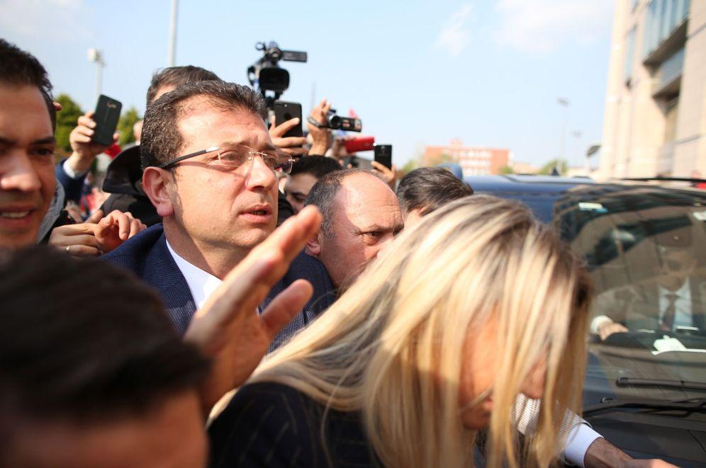 Foto: El nuevo alcalde electo de Estambul, Ekrem Imamoglu (c), a su llegada antes de recibir el mandato este miércoles en Estambul. (EFE)