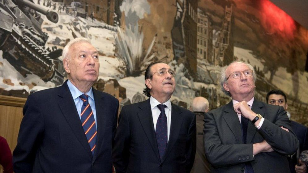 Foto: El ministro García-Margallo, acompañado por el embajador español en Rusia, José Ignacio Carbajal (derecha). (EFE)