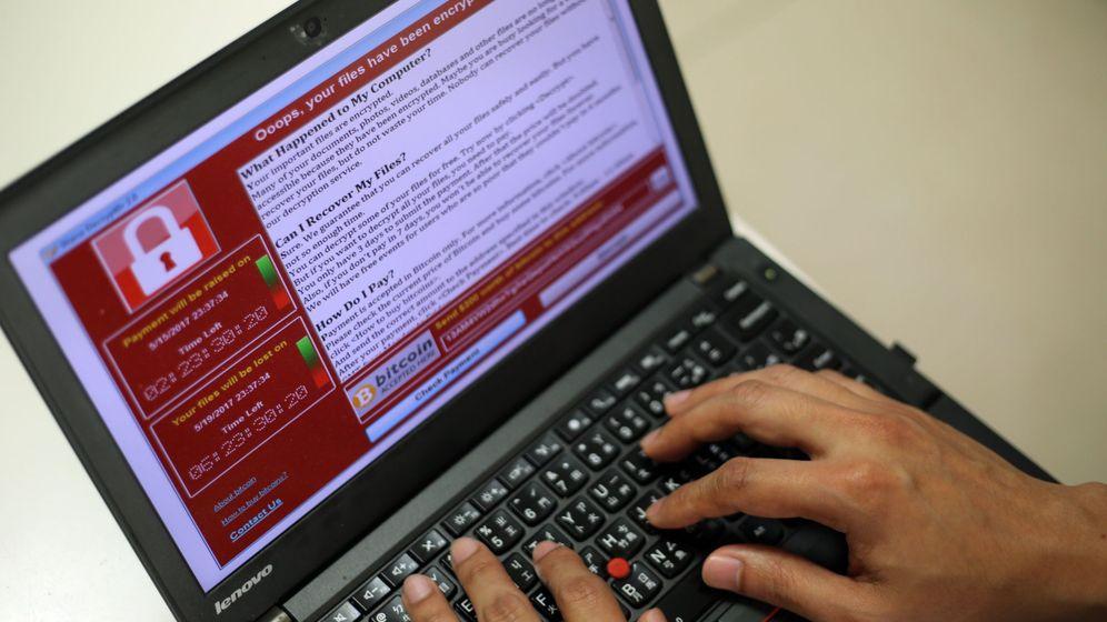 Foto: Un programador muestra el 'ransomware' WannaCry. (EFE)