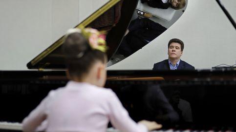 El pianista ruso Denis Matsuev ofrece una clase para estudiantes en Moscú