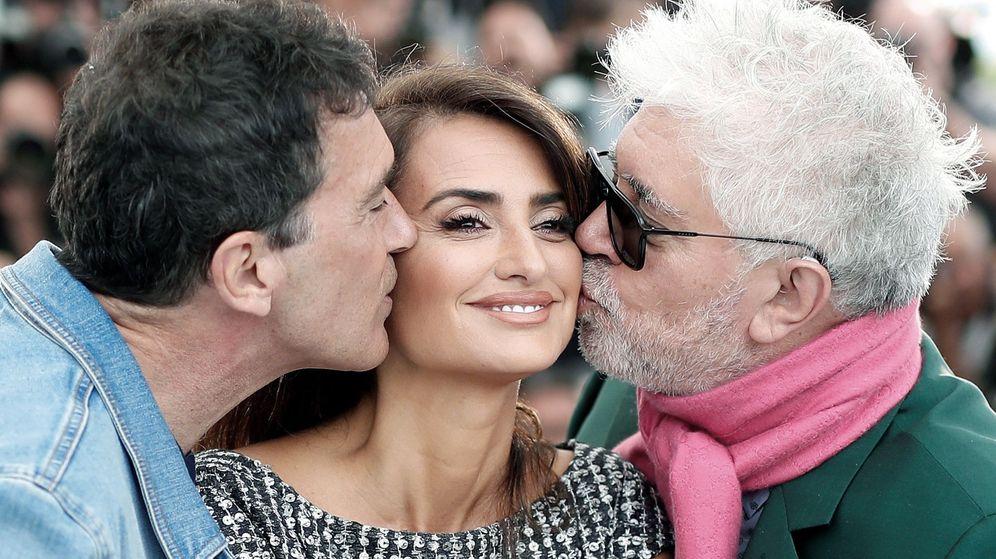 Foto: Pedro Almodóvar con los actores Antonio Banderas y Penélope Cruz, en Cannes. (EFE)