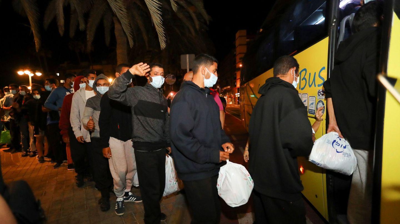Los cerca de 200 inmigrantes marroquíes que se encontraban desde esta tarde frente la Delegación del Gobierno en Las Palmas de Gran Canaria están siendo trasladados, tras ser atendidos por los vecinos de la zona, hasta que Migraciones y el Gobierno de Canarias se han encargado de su realojamiento. (EFE)