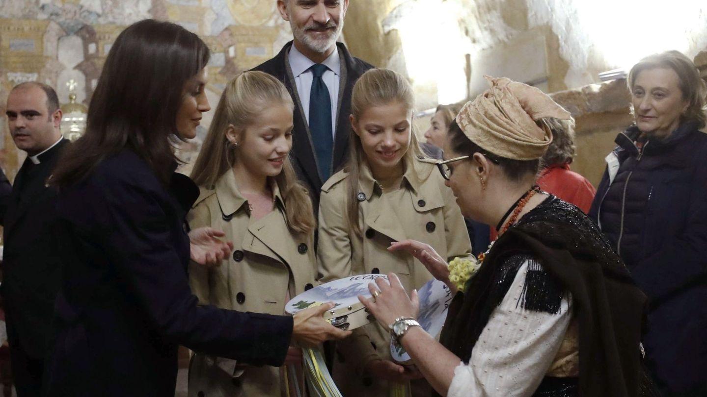 Los Reyes y sus hijas reciben un regalo en Asiego de Cabrales. (EFE)