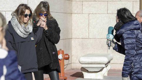 Arancha de Benito y su hija, rotas de dolor en la capilla ardiente de Diana Quer