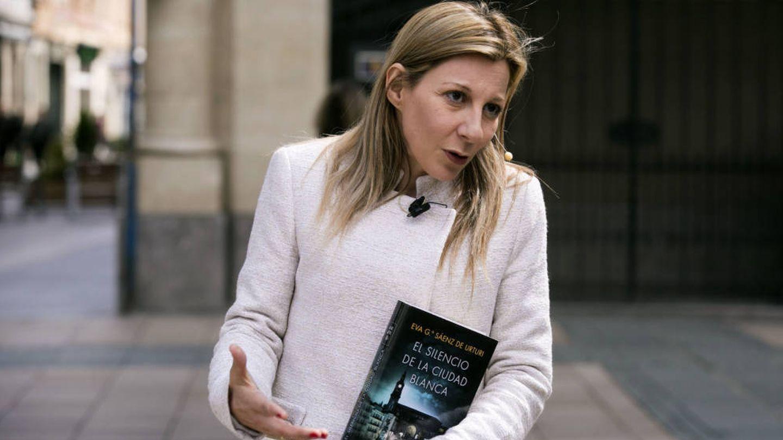 La escritora, con una de sus obras. (EFE)