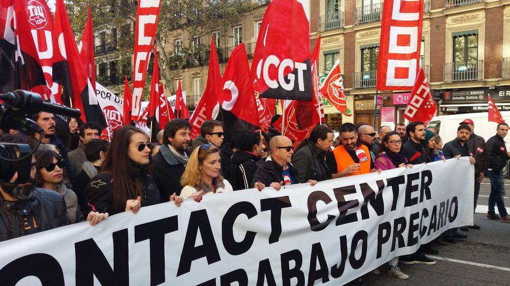 Foto: Los dirigentes de Unidos Podemos sostienen la pancarta de cabecera durante la manifestación de la huelga de telemarketing. (I.G.)